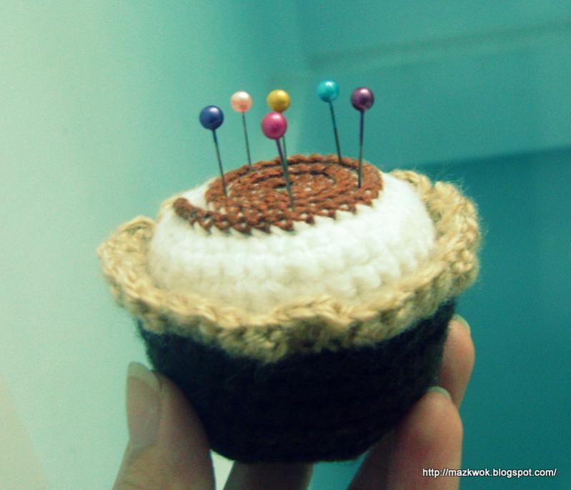"Grumpy cat and "" Mochi"" cupcake pincushion-1-dsc04683-jpg"